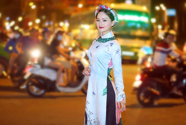 lan-phuong-choi-dua-cung-tre-em-tren-pho-sai-gon