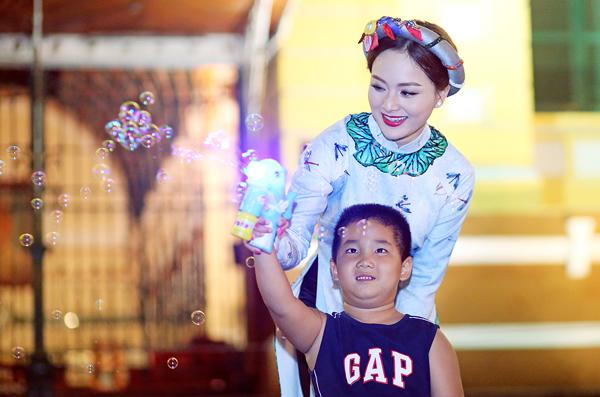 lan-phuong-choi-dua-cung-tre-em-tren-pho-sai-gon-4