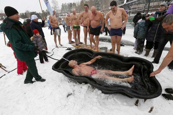 Ông Mikhail Sashko, chủ tịch của câu lạc bộ dù đã 68 tuổi vẫn vui vẻ ngâm mình trong bể nước đá. Ông cảm giác có một nguồn năng lượng tràn vào toàn bộ cơ thể làm mình cảm thấy thoái mái.