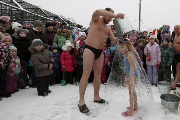 Vào ngày Polar Bear - lễ hội trầm mình dưới nước lạnh, các thành viên sẽ tụ tập và nhảy flashmod. Sau đó họ sẽ dùng nước đá lạnh để dội trên đầu của các thành viên. Cô bé này này không hề sợ hãi khi người cha dùng nước dội vào mình.