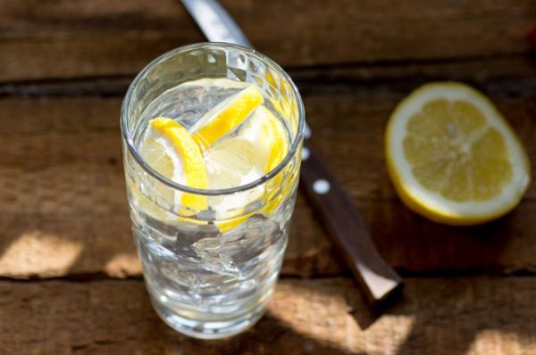 3. Uống một cốc nước chanh ấm
