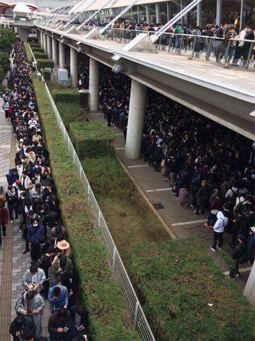 hàng nghìn người hâm mộ đủ mọi lứa tuổi mà chủ yếu là đàn ông đã xếp thành hàng dài 4km trước nơi tổ chức sự kiện và chờ đợi hơn 6 giờ đồng hồ chỉ để được chạm tay Nanami. Sự kiện diễn ra từ ban ngày đến tối vẫn chưa xong vì có quá đông người.