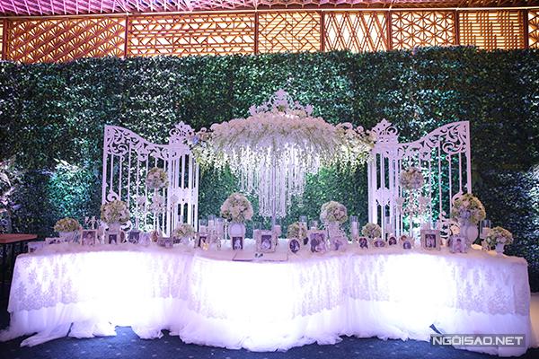 Bàn lễ tân có thiết kế như bước vào một khu vườn cổ tích. Ảnh cưới dễ thương của Trấn Thành và Hari Won được đặt trong những khung ảnh gỗ màu trắng.