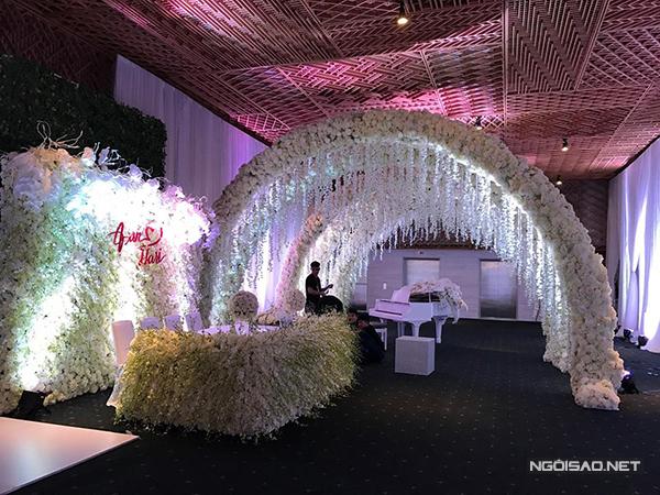 [Caption]Hôn lễ của Trấn Thành và Hari Won diễn ra vào 18h00 ngày 25/12 tại một trung tâm tiệc cưới 5 sao nằm ở quận 1 TP HCM. Nơi đây từng chứng kiến nhiều đám cưới của các nghệ sĩ Việt như Victor Vũ - Đinh Ngọc Diệp, Đan Trường - Thuỷ Tiên.