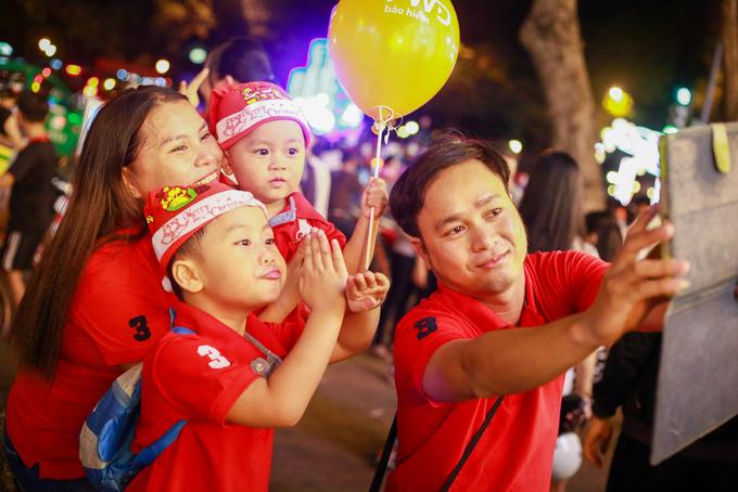 Các em nhỏ đáng yêu theo bố mẹ xuống đường đón Giáng sinh