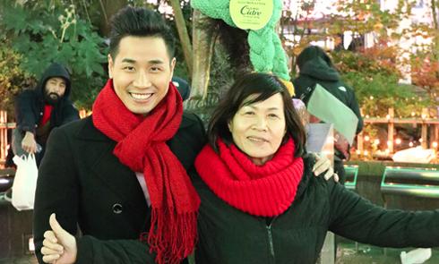 MC Nguyên Khang đưa mẹ du ngoạn Nhật Bản