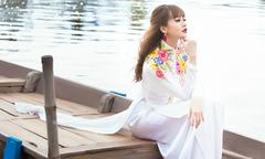 Áo dài lụa họa tiết hoa lá mùa xuân rực rỡ cho cô dâu