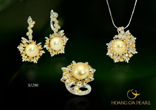 Vàng Son - bộ trang sức thiết kế công phu với nhiều chi tiết kết hợp giúp phát huy vẻ đẹp sang trọng, quý tộc. Tuyệt sắc ngọc trai South Sea vàng kim quý giá đại diện cho vẻ đẹp vĩnh cửu không phai mờ theo năm tháng.