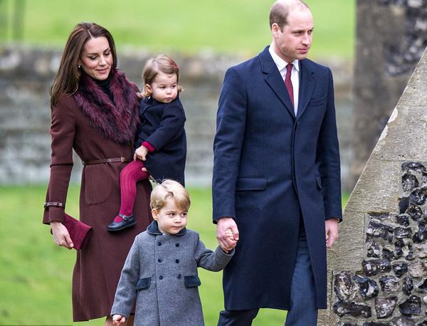 Hoàng tử William và vợ, Công nương Kate, sáng 25/12 đưa hai con tới nhà thờ để  tham dự hoạt động Giáng sinh hàng năm ở làng Bucklebury hạt Berkshire, nơi gia đình Kate đang sống.