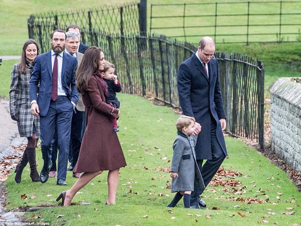 Khác với truyền thống đón Giáng sinh hàng năm cùng các thành viên hoàng gia ở Sandringham Palace, năm nay cặp vợ chồng hoàng gia quyết định đưa hai con về nghỉ lễ cùng với bố mẹ Kate, ông Michael và bà Carol Middleton.
