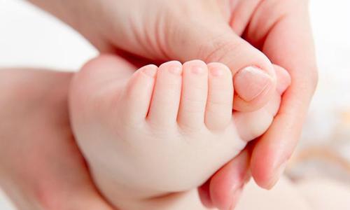 Cách bấm 2 điểm dưới bàn chân giúp bé nín khóc