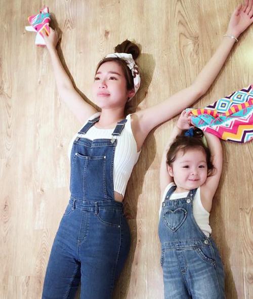 Cadie thích thú lau dọn cùng mẹ, Elly Trần chia sẻ: Cửa hàng của mẹ con nhà mình loading 90% rùi Hôm nay hỏng phải đi học nên mình tranh thủ lên cửa hàng lau dọn cùng với chị mami cho tăng tình đoàn kết hehe.