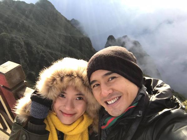 Vợ chồng Lương Thế Thành - Thúy Diễm khoe ảnh chinh phục đỉnh Fansipan trong một ngày giá lạnh.