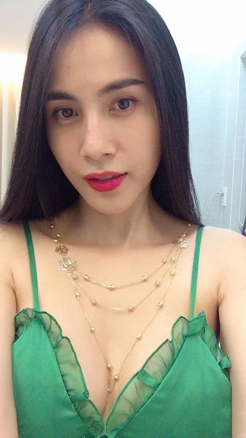 thuy-tien-mac-sexy-khoe-qua-cong-vinh-tang