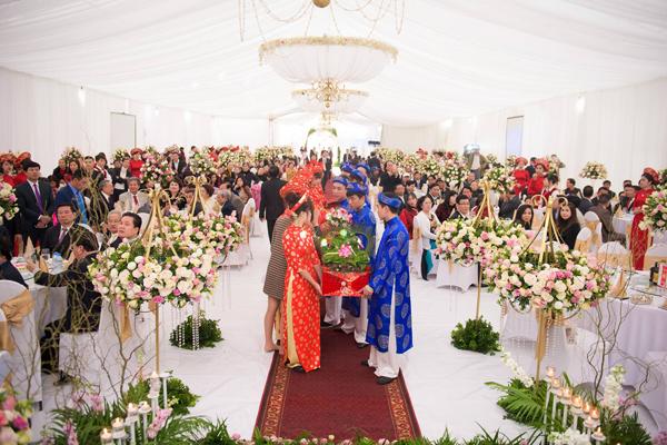[Caption]Lễ đưa dâu diễn ra cùng ngày tại nhà riêng của cô dâu Thu Thủy. Không gian trang trí lộng lẫy được wedding planner thực hiện trong 3 ngày. Hoa tươi nhập khẩu được bảo quản và vận chuyển tới Nam Định bằng xe lạnh chuyên dụng từ Hà Nội.