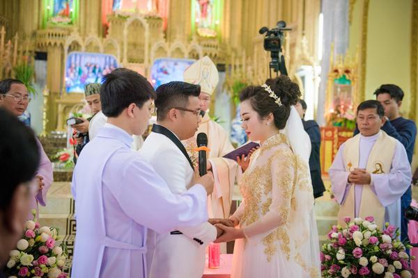 [Caption]Ngày đầu tiên là lễ cưới trong nhà thờ ở quê nhà Thu Thủy tại Phú An, Cát Thành, Nam Định với sự chứng kiến của cha xứ, gia đình và họ hàng.