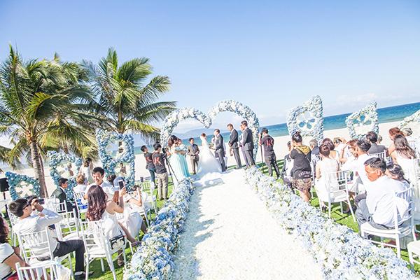 [Caption]Andrew đã bí mật nhờ một công ty tổ chức tiệc cưới chuẩn bị hôn lễ lãng mạn trong resort 5 sao tại Đà Nẵng để biến Mai thành nàng công chúa thực sự.