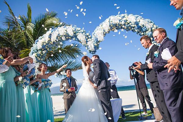 [Caption]Wedding planner đã phải đặt riêng một vườn hoa tú cầu và chăm sóc cẩn thận trong gần một tháng để những bông tú cầu có thể nở rộ và đạt được sắc xanh mong muốn, màu sắc yêu thích của Mai.