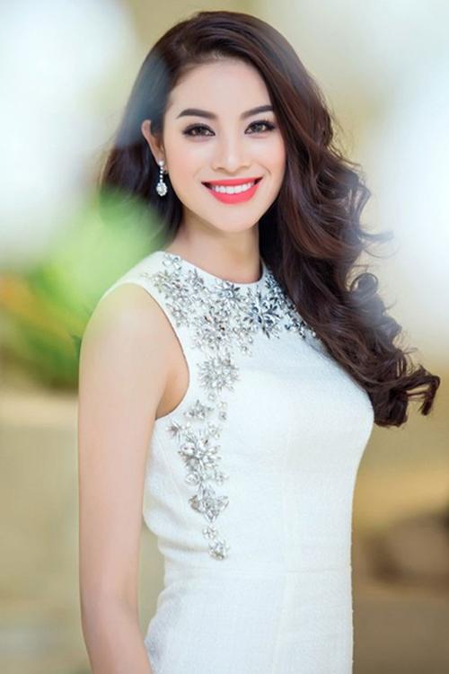 Hoa hậu Phạm Hương chọn cách đổ ngôi lệch bên để tạo điểm nhấn cho mái tóc.