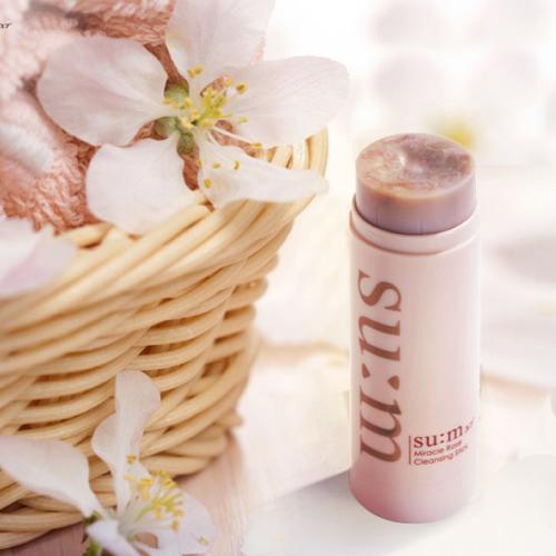 SU:M37 Miracle Rose Cleansing Stick Sản phẩm có chứa hơn 90% là các thành phần thảo dược chiết xuất từ thiên nhiên và thực vật lên men, độ pH chuẩn 5, vậy nên sáp rất lành tính, có thể sử dụng được cho mọi loại da mà không gây kích ứng.