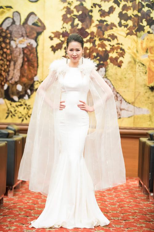 Trong event tối qua, gái một con thay hai bộ đầm khác nhau của NTK Xuân Lê, khoe vóc dáng thon thả. Dù đã ngoài 30 tuổi nhưng Dương Thùy Linh vẫn được nhiều người ngưỡng mộ về sự trẻ trung.
