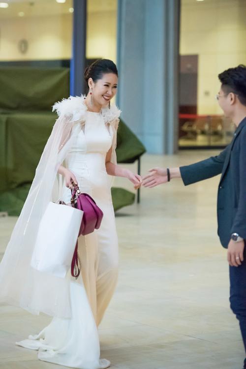 Sau khi kết thúc chương trình vào lúc đêm muộn, Dương Thùy Linh rất hạnh phúc khi được ông xã - doanh nhân Nguyễn Việt Thắng đến tận nơi đón về nhà. Cặp đôi khoác tay nhau rất tình cảm.