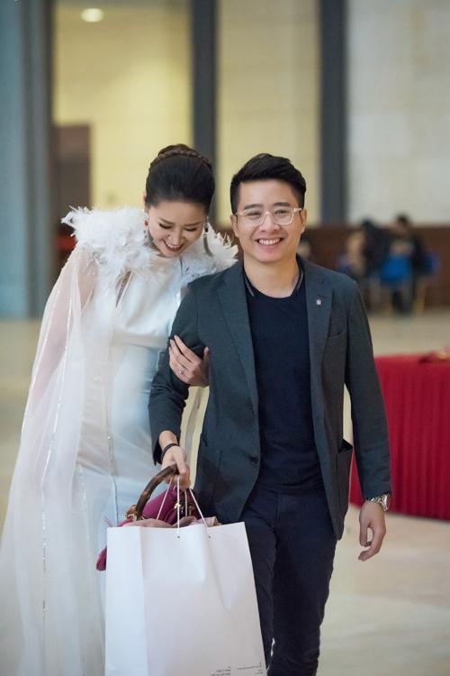 Doanh nhân Nguyễn Việt Thắng là ông chồng rất tâm lý và lãng mạn. Dù bận rộn với việc kinh doanh nhưng anh luôn ủng hộ vợ trong các hoạt động nghệ thuật. Anh thường xuyên tháp tùng vợ đi sự kiện và chăm sóc chu đáo cho cô.