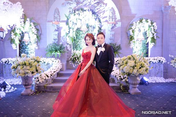 [Caption]Trong hôn lễ diễn ra ngày 12/3 tại TP HCM, nữ diễn viên xinh đẹo Đinh Ngọc Diệp thay tới 3 bộ váy cầu kỳ của nhà thiết kế Anh Thư. Trong đó, nổi bật nhất là chiếc váy cưới phần tùng váy xoè rộng theo phom váy cưới châu Âu cổ điển nặng gần 20 kg.