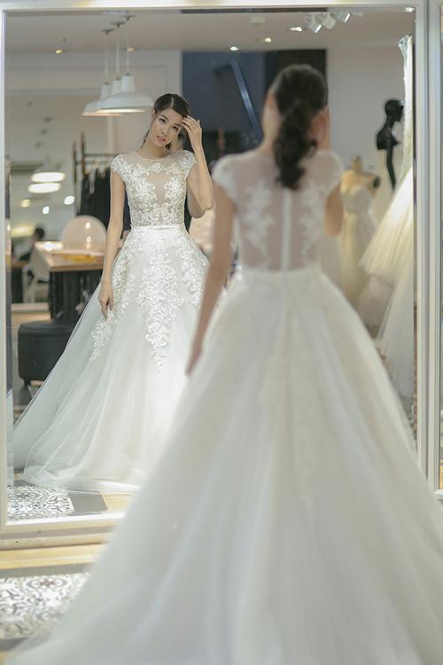 Trong đám cưới diễn ra ngày 26/6, chân dài Kỳ Hânváy cưới mang phong cách công chúa do chú rể Mạc Hồng Quân tặng