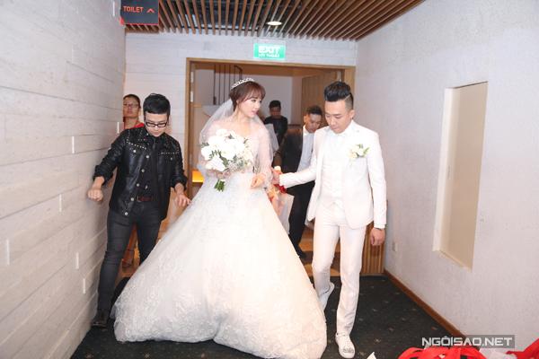 [Caption]Hôn lễ của Trấn Thành và Hari Won diễn ra vào 18h tối qua (25/12) tại một trung tâm tiệc cưới 5 sao nằm ở quận 1, TP HCM.