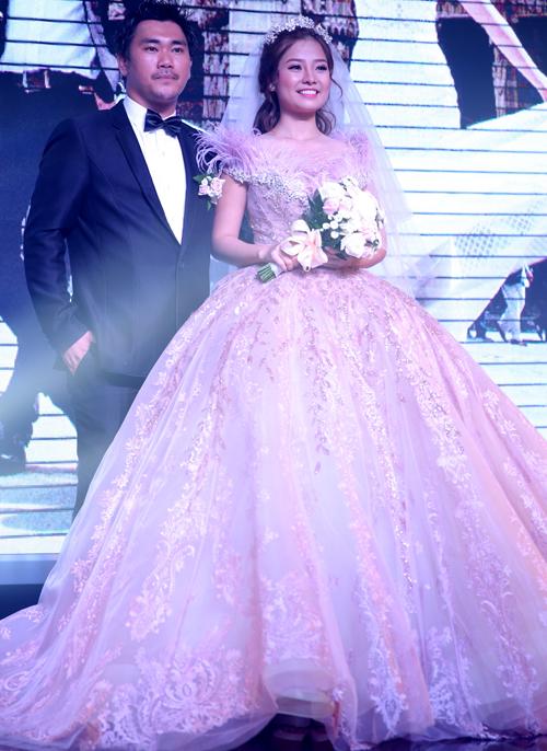 [Caption]Thiết kế tùng váy xòe bồng bềnh kết hợp loạt chất liệu phản quang khiến Khánh Hiền chẳng khác nào một nàng công chúa với vẻ đẹp nhẹ nhàng, thanh thoát