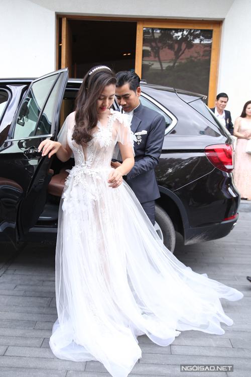 Diễn viên Ngọc Lan mặc bộ váy cưới của nhà thiết kế Anh Thư trong tiệc đính hôn ngày 27/7.Thân váy được thiết kế bao gồm 3 lớp vải mỏng là lưới, đăng ten và ren tạo độ sâu và dày cho phần thân váy. Họa tiết thêu hoa 3D trải dài được đính trên tà váy càng làm tăng sự sang trọng và giá trị của chiếc váy.