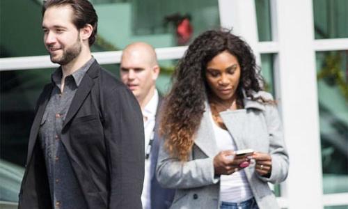Serena lần đầu khoe nhẫn đính hôn