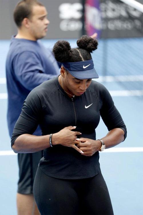 Serena tháo nhẫn, đeo sang tay phải