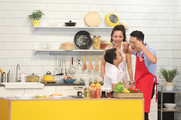 Vào bếp, bố Hoàng Bách liên tục bối rối khi mắc chiêu lừa của Thanh Thảo. Kết quả là cậu con trai lém lỉnh Tê Giác chấm điểm cho mẹ thắngtrên đấu trường ẩm thực.