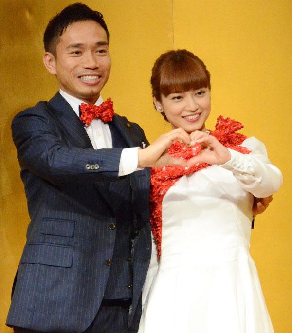 Nagatomo và vợ sắp cưới chụm tay tạo hình trái tim trong buổi họp báo