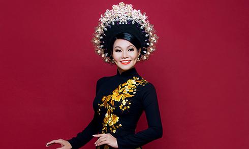 NSƯT Ngọc Huyền sang trọng trong trang phục áo dài trung niên