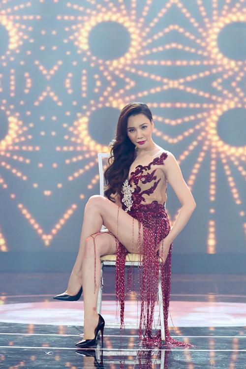 ho-quynh-huong-mac-vay-ngan-sexy-nhay-cung-vu-doan-2