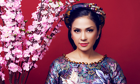 Việt Trinh rạng rỡ trong trang phục áo dài gấm trung niên