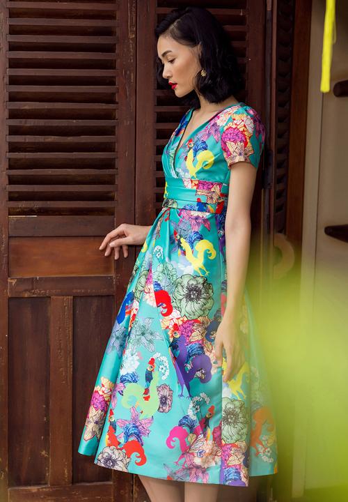 Ngoài các mẫu váy dễ dàng sử dụng khi đến văn phòng hay đi cà phê cùng bạn bè, bộ sưu tập còn giới thiệu nhiều phom váy kiểu cách giúp bạn gái nổi bật tại các buổi tiệc.