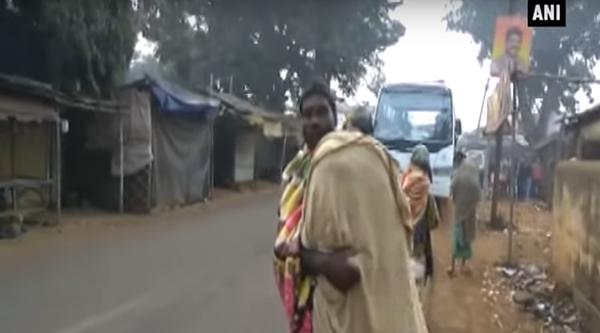 Gati Dhibar bọc thi thể con trong mảnh vải rồi vác lên vai, đi bộ về nhà. Ảnh: