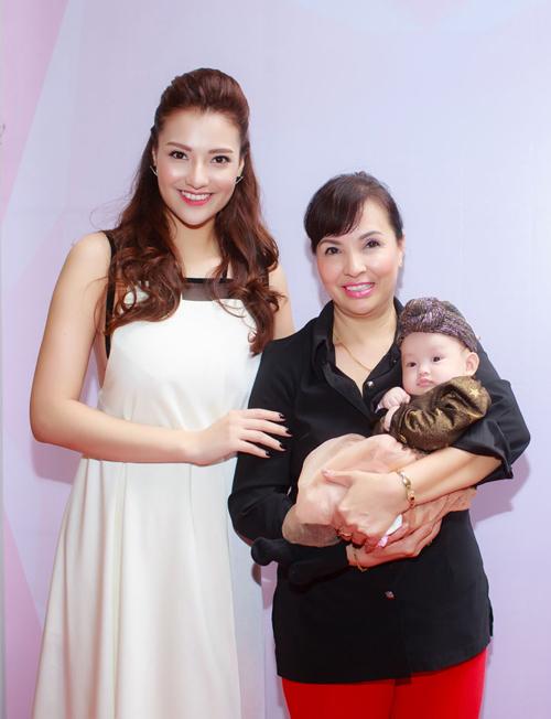 Hôm qua (7/1), Hồng Quế gây chú ý khi lần đầu đưa con gái xuất hiện trong một event tại Hà Nội. Cô bé Cherry mới hơn 3 tháng tuổi nhưng rất ngoan ngoãn theo mẹ đi làm.