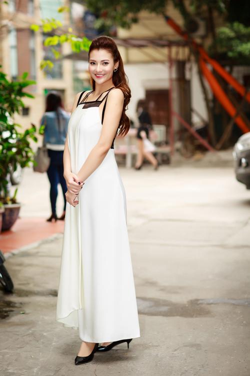 Hồng Quế diện váy trắng suông của NTK Xuân Lê. Phần lưng váy khoét rộng, giúp gái một con khoe được vẻ gợi cảm trước ống kính. So với lúc còn vác bụng bầu, chân dài đã giảm được hơn 10kg.