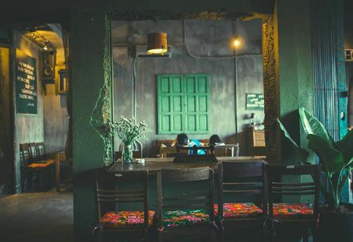 Ở bất cứ nơi đâu tại Hà Nội hay Sài Gòn, chuỗi cà phê Cộng vẫn luôn được chào đón. Là thành phố mới trong hai trương vào giữa năm 2014 đến nay, Cộng đã ghi được dấu ấn rất tốt với khách hàng của mình. Cộng lấy bối cảnh đất nước vào những năm mới thống nhất với bộ trang phục lính màu xanh, với mũ cối, chăn con công.