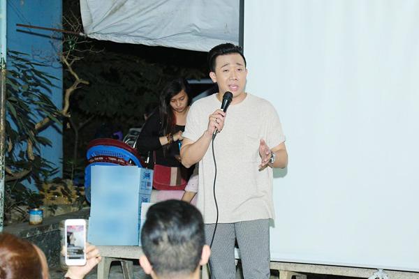 Cuối buổi giao lưu, Trấn Thành đã trổ tài hát cải lương với 1 trích đoạn anh từng xem qua trên mạng. Ngay sau đó, đoàn phim Chờ em đến ngày mai đã gửi những phần quà chúc Tết đến ban lãnh đạo, các nghệ sĩ ở Viện dưỡng lão.