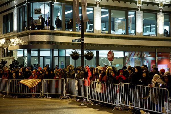 Trước đó, Người dân xếp hàng trên đường phố chờ đón Tổng thống Obama ở Chicago, Illinois, Mỹ. Ảnh: Reuters
