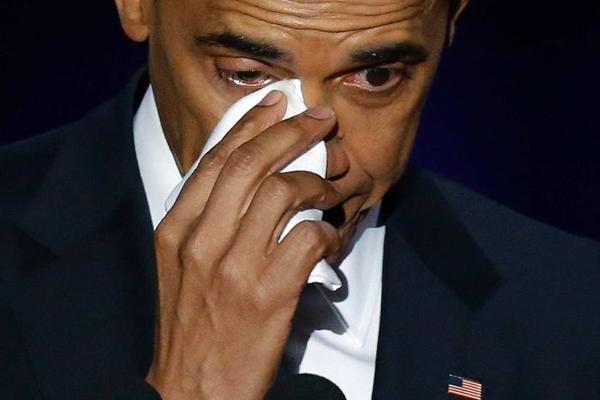 Tổng thống Obama rơi nước mắt khi cảm ơn vợ con và phó tổng thống Joe Biden Ông Obama gọi tên vợ Michelle bằng giọng đứt quãng, đám đông vỡ òa và vỗ tay vang dội. Người con gái phía Nam, ông nói khi bà Michelle giơ nắm tay. Trong suốt 25 năm qua, em không chỉ là vợ tôi và mẹ của các con tôi mà còn là người bạn thân nhất của tôi. Em đã nắm giữ vai trò mà em không hề đòi hỏi và thực hiện nó bằng sự duyên dáng, gai góc, phong cách và sự hài hước của riêng em, ông nói tiếp, rút khăn tay trắng ra và quệt nước mắt. Ông cũng nhắc đến các con gái và gửi lời cảm ơn ông Biden: Anh là lựa chọn đầu tiên tôi đưa ra như một ứng viên và là người tuyệt vời nhất, ông nói trong khi đám đông dành cho ông Biden tràng pháo tay vang dội. Ông gọi Biden là người anh em và giống như gia đình.