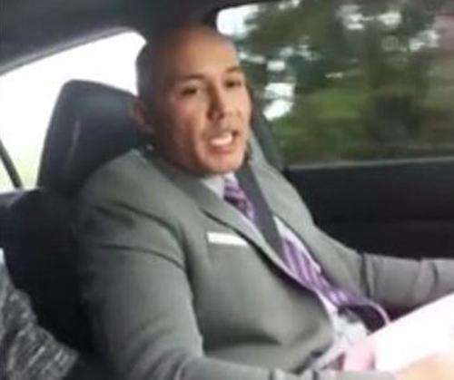 Tên cướp leo lên một chiếc Uber và chia sẻ kế hoạch phát tiền vừa cướp được ở ngân hàng lên mạng xã hội. Ảnh: Facebook