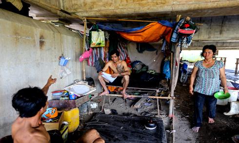 Vợ chồng sống dưới gầm cầu ở Sài Gòn dành tiền nuôi con