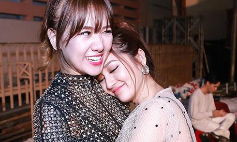 Bảo Anh ôm chặt, tựa đầu vào vai Hari Won